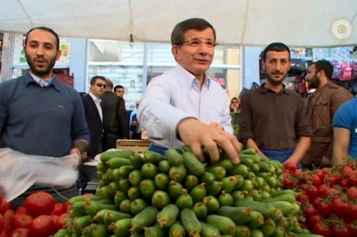 Başbakan Fatih Pazarı`nda Tezgah Başında!